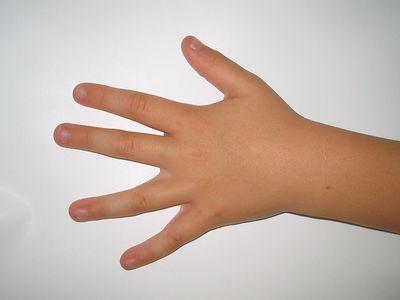 Почему ребенок грызет ногти: причины и советы психолога